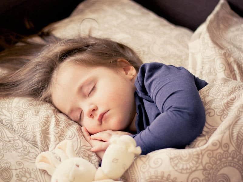 תינוקת ישנה עם חולצה סגולה