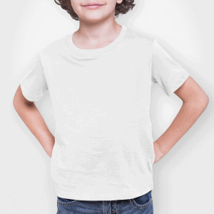 ילד לובש חולצת טי בצבע לבן