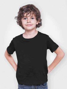 ילד לובש חולצת טי בצבע שחור