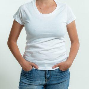 גוף של דוגמנית מלאה עם חולצה לבנה ומכנסי גינס